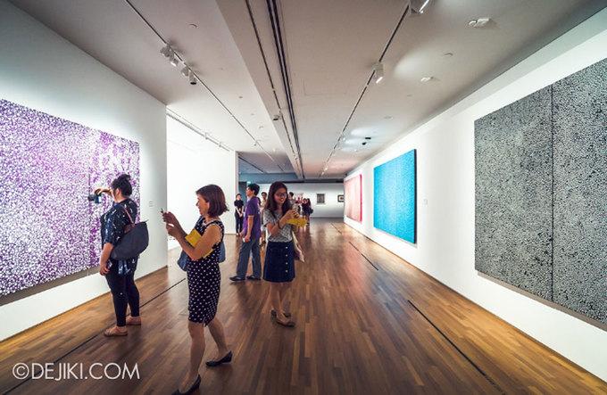 """<p> Minh Phương, một du khách người Việt hồ hởi khi cầm trên tay chiếc vé vào tham quan triển lãm củaYayoi Kusama tại Triển lãm quốc gia Singapore. Cô cho biết đến Singapore du lịch được vài ngày và đã mua ngay vé khi bắt đầu mở bán.<br /><br /> Kathy, một du khách Mỹ cũng cho biết: """"Tôi cũng thích tới bảo tàng, triển lãm để tham quan khi đi du lịch. Nhưng sự xuất hiện của Yagoi Kusama khiến tôi có động lực hơn"""".</p>"""