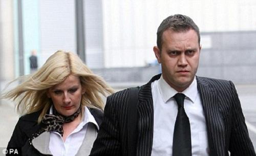 Paul cùng vợ xuất hiện trước báo giới trong phiên xét xử hồi 2009. Ảnh: PA.