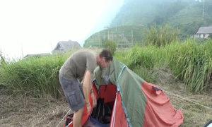 Hàng loạt vận động viên marathon dựng lều, ngủ trên núi tại Sa Pa