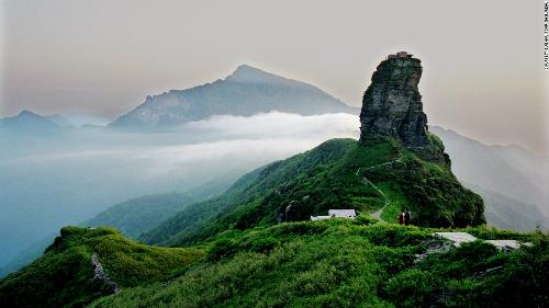 Núi Fanjing là điểm đến nổi tiếng của Quý Châu, thu hút lượng lớn du khách quanh năm, tuy nhiên làng Zhaibao gần như vô danh khi đứng cạnh gã khổng lồ.