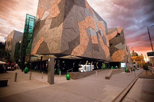 Đầu tiên, hãy ghé qua quảng trường liên bang Federation Square, trung tâm cộng đồng và không gian công cộng chính của Melbourne. Lối kiến trúc đặc biệt theo phong cách phóng khoáng sẽ gây ấn tượng khi du khách đến đây. Ngoài ra, tòa tháp 91 tầng Eureka nằm tại trung tâm thành phố là địa điểm nên ghé đến nếu bạn muốn ngắm Melbourne từ trên cao, hay phóng tầm mắt về phía xa nhìn toàn cảnh vùng vịnh.