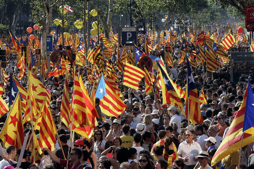 Dân vùng Catalonia mới đây biểu tình đòi tách khỏi Tây Ban Nha. Ảnh: Reuters.