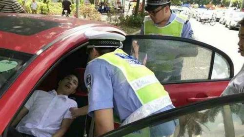 Cảnh sát giao thông kịp thời xuất hiện và giúp nạn nhân hồi sức.