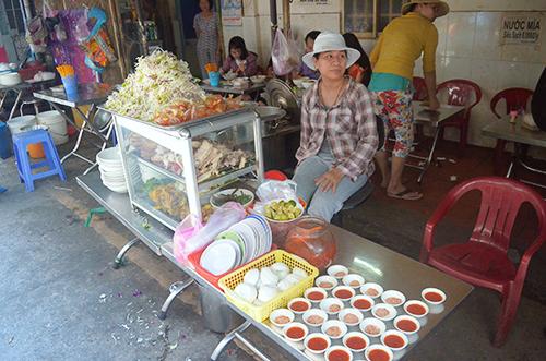 Giá cho một tô bún num bo chóc dao động trong khoảng 30.000 đồng. Các quán ăn ở đây thường mở đến 6 giờ chiều. Ảnh: Phong Vinh