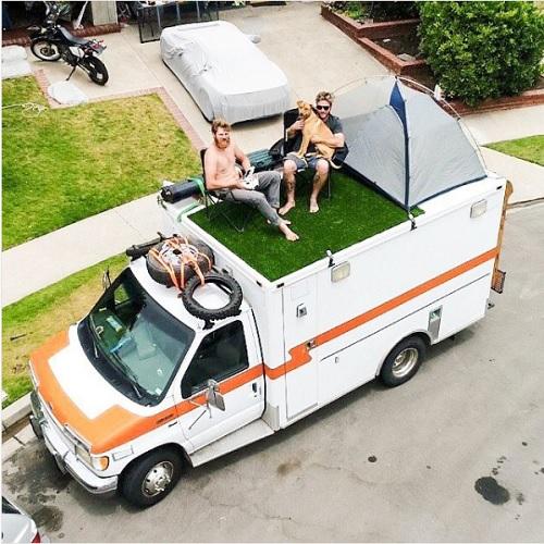 Chiếc xe của Dow còn được đặt thêm một chiếc giường ngủ, một gian bếp nhỏ với chiếc tủ lạnh và Dow còn mang theo cả những chiếc đàn ukelele. Tuy nhiên, điều đặc biệt hơn cả là Dow đã thiết kế một mảnh sân cỏ nhân tạo và dựng một chiếc ô lớn đặt trên nóc chiếc xe để làm không gian thư giãn.