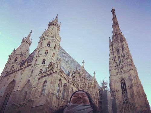 Michelle bắt đầu đăng những tấm ảnh selfie hai cằm vào tháng 9/2016 khi cô tới học tại thành phố Vienna, Áo. Từ đó, cô bắt đầu chụp thêm tại những địa danh khác như Cung điện Buckingham, Cầu Brooklyn và Tháp Eiffel.