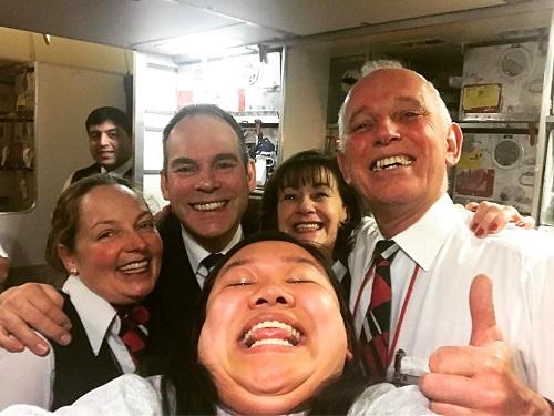 Một trong số những bức ảnh yêu thích của Michelle là bức ảnh chụp cùng với bốn tiếp viên hàng không. Cô cho biết: Tôi không biết trước được phản ứng của những người lạ sẽ như thế nào khi tôi mời họ chụp ảnh hai cằm cùng với tôi, tuy nhiên nhóm tiếp viên này lại rất thân thiện và háo hức với ý tưởng đó.