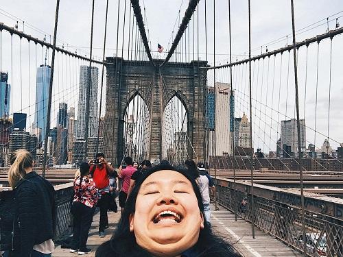 Những bức ảnh selfie với góc độ hất từ dưới cằm lên làm cho gương mặt của Michelle giống như hai cằm được cô chụp tại các thắng cảnh nổi tiếng thế giới và đưa lên trang Instagram cá nhân.