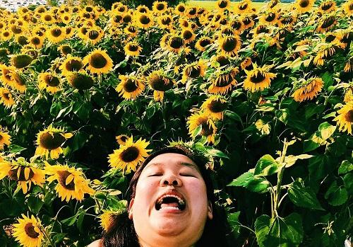 Cô tự tin với làn da tự nhiên của mình và không ngần ngại tạo dáng hài hước, gây buồn cười khi chụp ảnh selfie.