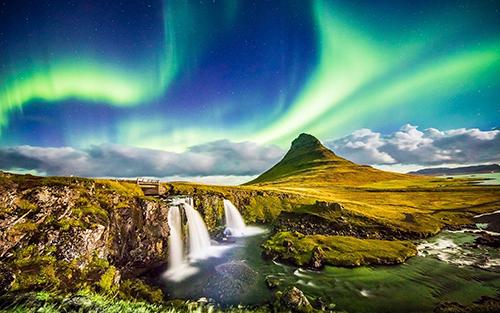 Là vùng đất giao thoa giữa băng và lửa, Iceland là điểm đến mơ ước của nhiều du khách trên thế giới. Nơi đây được thiên nhiên ban tặng nhiều phong cảnh đẹp, đáng chú ý như những ngọn núi lửa, sông băng kỳ vĩ hay bầu trời cực quang lôi cuốn.