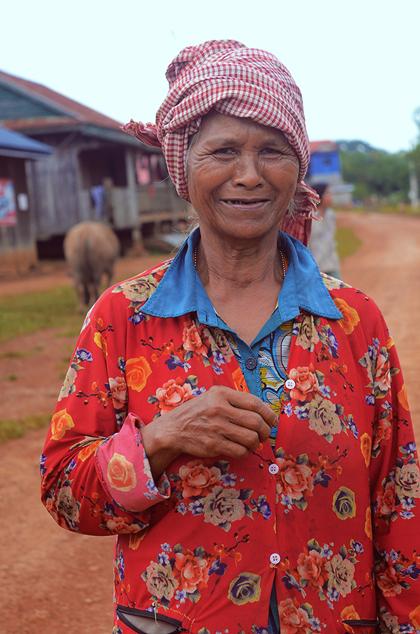 Một cụ già trong bản làng dân tộc Phnonl. Ảnh: Phong Vinh