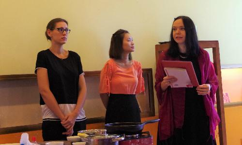 Đại sứ quán Ba Lan tại Hà Nội tổ chức một sự kiện ẩm thực , giới thiệu sách Hành trình ẩm thực Ba Lan của tác giả Magdalena Tomaszewska-Bolalek. Bà đại sứ Ba Lan Barbara Szymamowska.