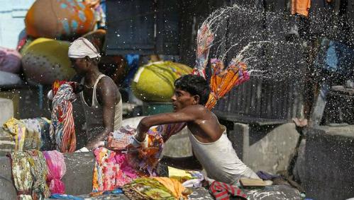 Đó là một ngày làm việc như bao ngày của các công nhân tại tiệm giặt là ngoài trời lớn nhất, lâu đời nhất và cũng nổi tiếng nhất Mumbai - Dhobi Ghat. Ngày nay, tuy tiệm có trang bị thêm các máy giặt, vắt chuyên dụng nhưng phần lớn các công việc vẫn được công nhân làm bằng tay.