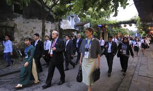 Bộ trưởng tham dự APEC tham quan phố cổ Hội An