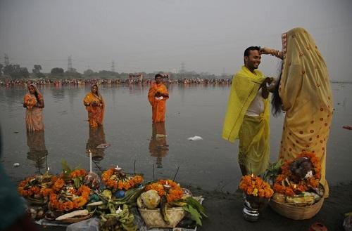 nguoi-mo-dao-hindu-an-chay-nhin-uong-nuoc-de-cam-ta-than-mat-troi-3