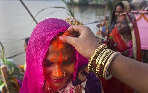 nguoi-mo-dao-hindu-an-chay-nhin-uong-nuoc-de-cam-ta-than-mat-troi-5