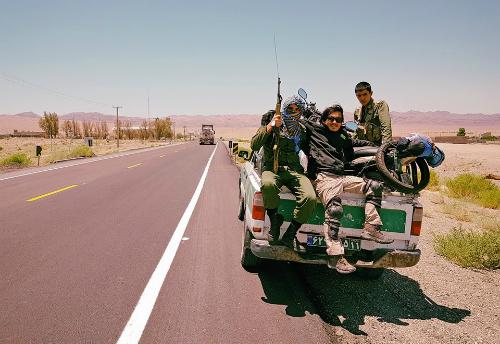 Khoa được cảnh sát Iran hộ tống qua đoạn nguy hiểm.