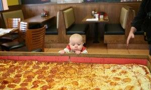 Pizza lớn nhất thế giới thách thức người phàm ăn