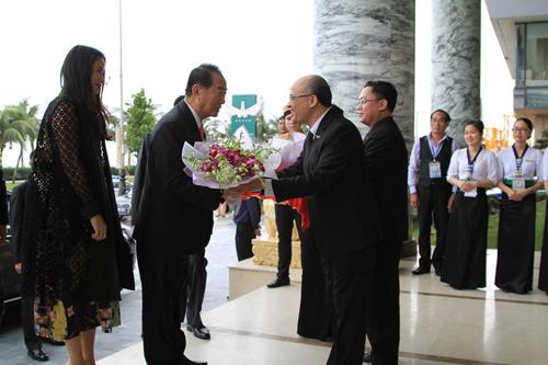Ban lãnh đạo Tập đoàn Khách sạn Mường Thanh tặng hoa chào đón ông Tống Sở Du - Chủ tịch Đảng Thân Dân (Đài Loan).