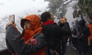 Du khách kéo đến Thiên Môn Sơn xem băng giá mùa đông