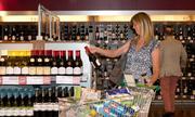 Lý do giới sành rượu không bao giờ mua vang ở khu miễn thuế