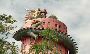 Rồng khổng lồ quấn quanh ngôi đền ở Thái Lan