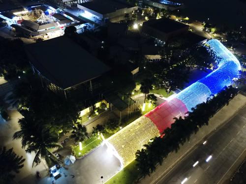 Nhìn từ trên cao con đường ánh sáng rực rỡ sáng màu.