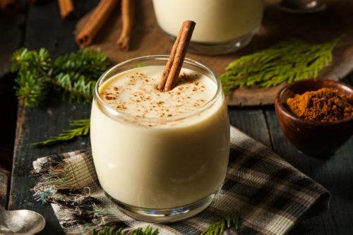 Eggnog có vị béo từ sữa và kem với trứng có thêm chút cồn của rượu Rum, Brandy hay Whisky, thoảng hương gia vị dịu dàng của quế, nhục đậu khấu khiến Eggnog vừa là thức uống thơm tho, vừa là món tráng miệng ngọt ngào.Ảnh: Kumquat Tree.