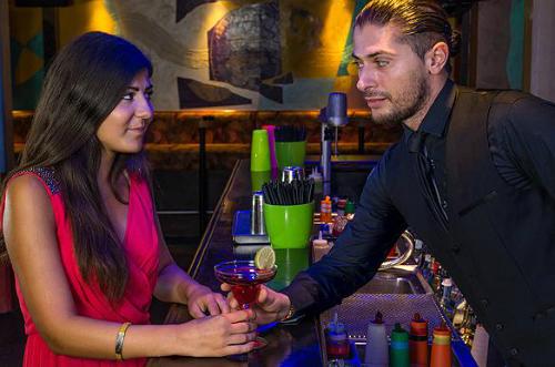 Tán tỉnh tiếp viên quán bar sẽ có thể khiến bạn bị gắn liền với hình ảnh trăng hoa và kém lịch sự. Ảnh: Thought Catalog
