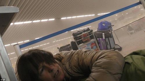 Nếu không tìm được nơi ẩn náu, hãy nằm sát xuống nền khi có tiếng nổ lớn. Ảnh:AP.