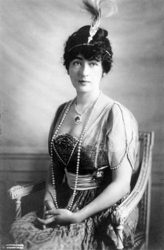 Evalyn Walsh McLean, một trong những người được cho là nạn nhân của lời nguyền kim cương Hope. Sau khi sở hữu viên kim cương này, tiểu thư Evalyn, người thừa kế của một gia đình giàu có tại New York đã gặp nhiều biến cố. Mẹ chồng, con trai 9 tuổi của cô đã chết không lâu sau khi Evalyn đón nhận Hope. Ảnh: Stiedu.