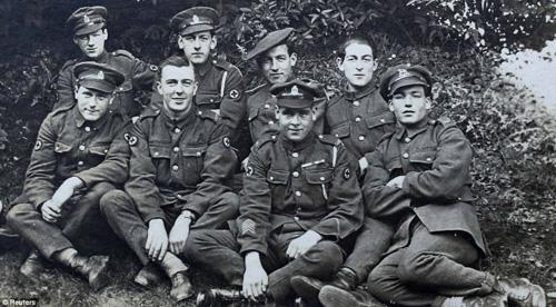 9 chàng trai này đều nhập ngũ và ra chiến trường trong thế chiến thứ nhất, và họ đều trở về bình an trong vòng tay chào đón của dân làng Herodsfoot. Ảnh: Reuters.