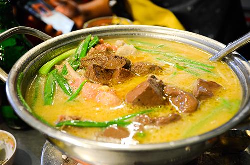 Vịt nấu chao nóng hổi, thích hợp vào những bữa ăn tối hoặc thời tiết se lạnh. Ảnh: Phong Vinh.