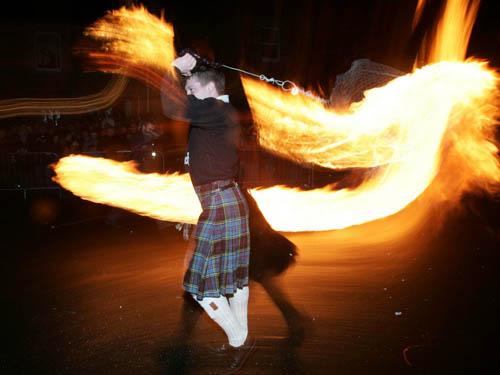 Sự kiện thu hút đông đảo người dân và du khách tham gia nhất tại Scotland dịp năm mới chính là lễ hội cầu lửa Hogmanay, diễn ra trong 3 ngày từ 30/12 đến 1/1 hàng năm. Vào đêm tối, mọi người sẽ cùng cầm những ngọn đuốc lớn, hòa vào dòng người trên phố và diễu hành qua các con phố trung tâm. Người dân nơi đây tin rằng lửa có tác dụng xua đuổi tà ma và đem lại may mắn, hạnh phúc trong năm mới.