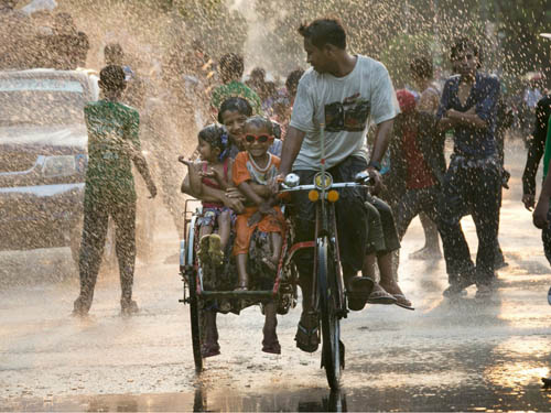 Người dân Myanmar đón năm mới bằng lễ hội nước Thingyan, diễn ra vào giữa tháng 4. Trong lễ hội này, đường phố khắp nơi trên đất nước Myanmar đều ngập sũng nước, người người cùng té nước vào nhau với mong ước rửa trôi đi những xui xẻo và tội lỗi của năm cũ, đón may mắn của năm mới.