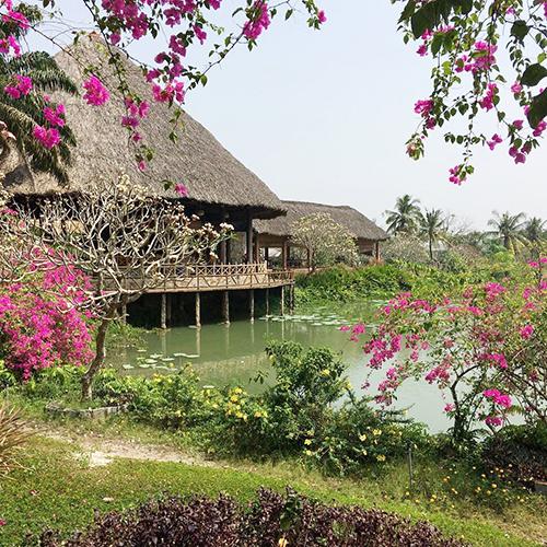 Khu sinh thái dân tộc thiểu số Củ ChiNơi này được ví như ngôi làng Tây Nguyên giữa Sài Gòn bởi du khách sẽ bắt gặp những ngôi rông bao quanh bởi cây cối xanh rì, rậmrạp. Đến đây, bạn có thể tìm hiểu về văn hóa Tây Nguyên khi hòa mình vào không gian làng bản, tượng nhà mồ...Ngoài các góc chụp hình sống ảo, khu này còn có nhiều trò chơi như bơi thuyền bắt vịt dưới hồ, truy tìm báu vật qua những gợi ý, kéo co, cột chân đá bóng, cưỡi ngựa, câu cá...Bạn sẽ được phục vụ các món của đồng bào dân tộc như cơm lam, gà nướng. Vé vào cửa là 30.000 đồng.Địa chỉ: xã Nhuận Đức, huyện Củ Chi (cách địa đạo Củ Chi 8 km).