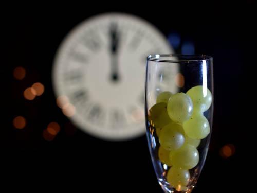 Ở Tây Ban Nha vào đêm giao thừa, khi đồng hồ điểm 12 tiếng cũng là lúc người dân cùng ăn 12 quảnho để tránh những điều không may cho năm mới. Mỗi một tiếng chuông sẽ tương ứng với một quả, mỗi quả tương ứng với một tháng trong năm. Điều đặc biệt là bạn phải ăn hết 12 quả nho khi tiếng chuông dứt, nếu không bạn sẽ bị coi là gặp điềm xui xẻo.