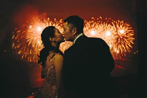 Ở Mỹ và Canada, vào đêm gaio thừa, mọi người sẽ chia sẻ nụ hôn với mọi người, như một hành động chào năm mới và mang lại những điều tốt lành.