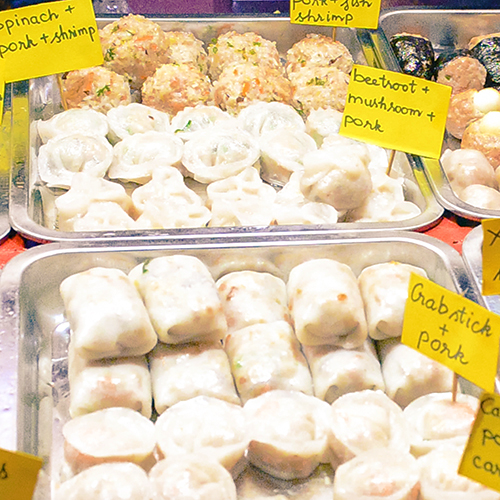 Xiên queXiên que là món vặt quen thuộc của nhiều người Sài Gòn, được bán ở vỉa hè hoặc trên những xe đẩy. Những xiên que này có thể gồm cá viên chiên, bò viên chiên, há cảo, trứng cút, đậu bắp hoặc đậu đũa cuộn... Một xiên có giá dao động từ 15.000 đồng tùy nơi. Ảnh: Di Vỹ.