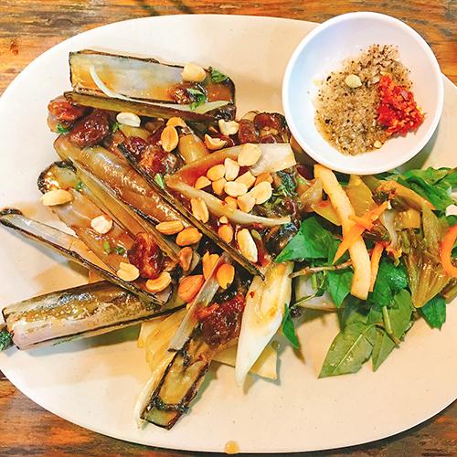 Hải sảnCác loại hải sản, đặc biệt là các món ốc ở Sài Gòn rất phong phú về thể loại cũng như đa dạng về cách chế biến, từ luộc, xào với tỏi, me, dừa, hay rau muống, cho đến hấp kiểu Thái, rang muối ớt,& Lê la ở Bùi Viện, thực khách còn thấy hải sản được bán trên các xe đẩy trên đường.Ngồi ngắm đường phố Sài Gòn náo nhiệt, cạnh bên là đĩa ốc xào và một chai bia lạnh thì không còn gì bằng. Ảnh: Nguyen Hang.