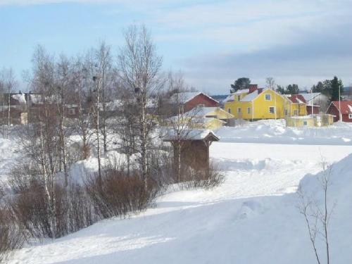 Karensuvanto, Phần Lan tới Karensuando, Thụy ĐiểnHai thành phố nằm ở hai quốc gia khác nhau nhưng chỉ cách nhau 2km và chênh nhau tới 1 tiếng. Do vậy, du khách có thể dễ dàng đón hai lần năm mới ở đây. Du khách có thể đón năm mới ở Phần Lan trước khi bắt một chuyến tàu qua sông sang Thụy Điển.Ảnh:Supplied.