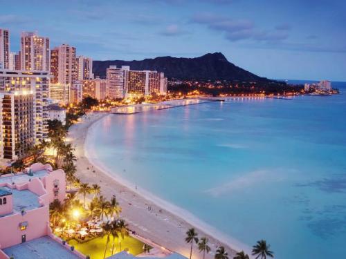 Từ Sydney, Australia tới Honolulu, HawaiiHãng phi cơ tư nhân PrivateFly có một kế hoạch độc nhất cho những người muốn tận hưởng thời khắc chuyển giao năm mới hai lần này. Với 29.000 USD ( hơn 650 triệu đồng), bạn có thể xuyên thời gian để về quá khứ. Hai thành phố này lệch nhau 21 giờ, trong khi chuyến bay chỉ kéo dài 9 tiếng 40 phút. Có nghĩa rằng bạn có thể quay lại 11 tiếng trước khi chuông điểm.  Trải nghiệm bay độc đáo này chỉ có thể áp dụng cho những chuyến bay riêng và thời gian rất nghiêm ngặt. Không có kế hoạch nào cụ thể để phù hợp với cung đường,Carol Cork, giám đốc marketing PrivateJet cho biết. Du khách cũng có thể thuê toàn bộ máy bay với chi phí 373.000 USD ( hơn 8 tỉ đồng). Ảnh: Istock.