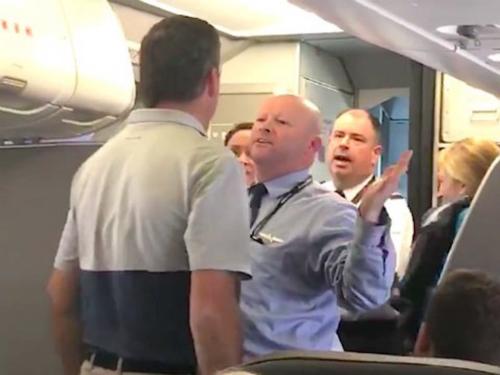 Một phụ nữ bị nam tiếp viên hàng không đánh trên máy bay. Ảnh: Thisisinsider.