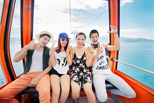 Ngay trên đường, các bạn trẻ đã có những bức ảnh ấn tượng trên tuyến cáp treo vượt biển đầu tiên của Việt Nam được công nhận là dài nhất thế giới.
