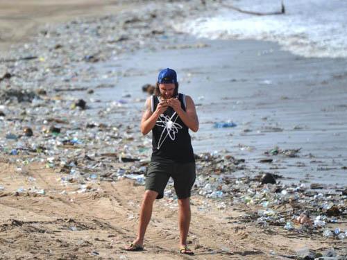 Bãi biển Kuta ở Bali lúc nào cũng đầy rác. Ảnh: News.