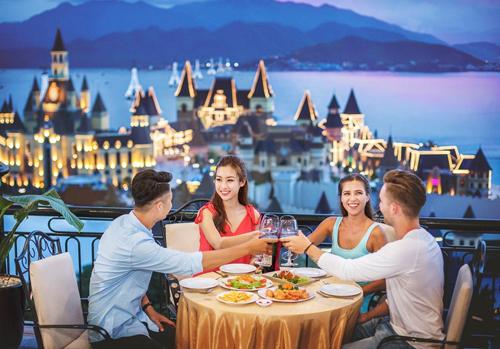 Bữa tối đón năm mới bên bờ biển là trải nghiệm khó quên bên bạn bè, người thương.