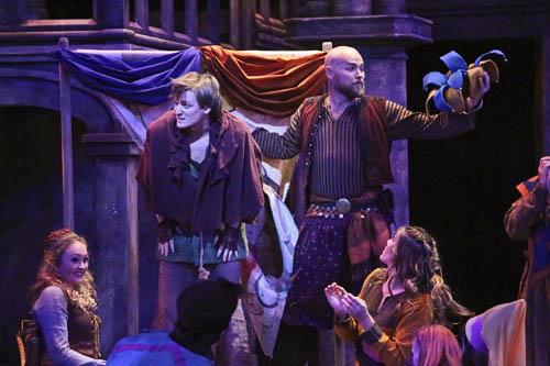 Lễ hội dành cho những kẻ điêntừng xuất hiện trong kiệt tácNhà thờ Đức bà Pairscủa đại văn hòa Victor Hugo. Đây cũng là phân cảnh mà Hugo cho thằng gù Quasimodo xuất hiện. Ảnh: Buckingtrend.