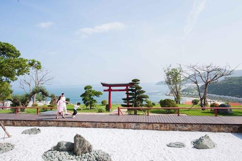 Thư thả dạo bước bên nhau tại Khu vườn Nhật.