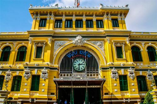 Bưu điện trung tâm Sài Gòn là một công trình cổ vẫn gìn giữ nhiều nét đẹpthời Pháp thuộc. Ảnh: James Pham.