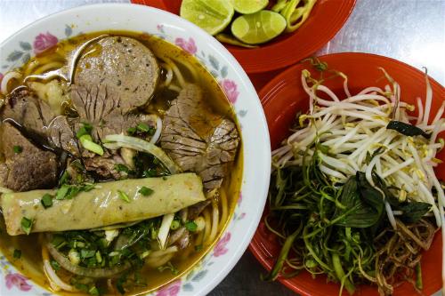 Bún bò Huế - một món ăn đường phố phổ biến ở Sài Gòn. Ảnh: James Pham,